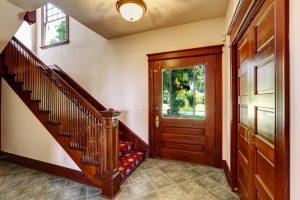 Dlaczego warto zdecydować się na drzwi drewniane?