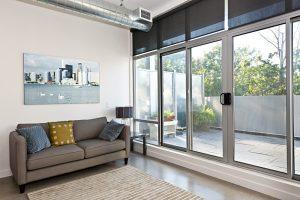Drzwi szklane – dlaczego warto je zamontować w swoim domu?
